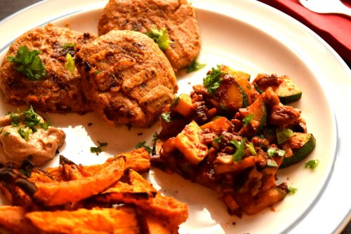 Vegetable burgers with zucchini-mushroom pan and sweet potatoes with chlorella ketchup
