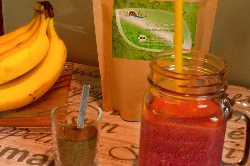 Himbeeren-Bananen-Protein Smoothie mit Gerstengrassaft-Pulver und Hanfprotein