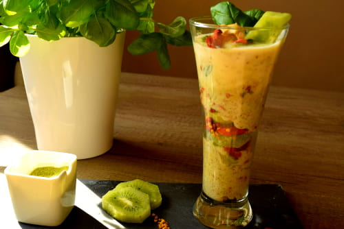 Kiwi-Joghurt mit Gerstengras und Blütenpollen