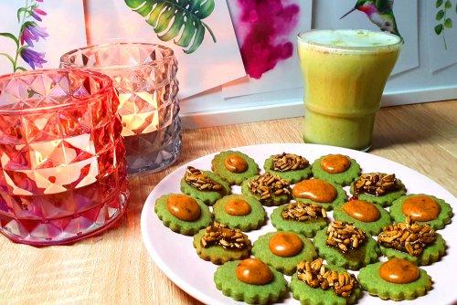Spirulina koekjes met acerola en walnoot topping