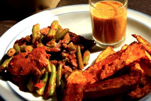 Pumpkin fries with spirulina-mustard dip and veggie bean pan