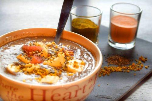 Eiwit-Chocolade Bowl met hennep proteïne, bloempollen en acerola