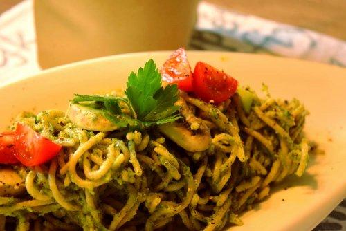 Spirulina spaghetti met broccoliroomsaus en champignons