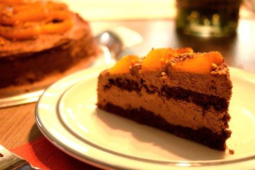 Chocolade-eiwitcake met bloemenstuifmeel