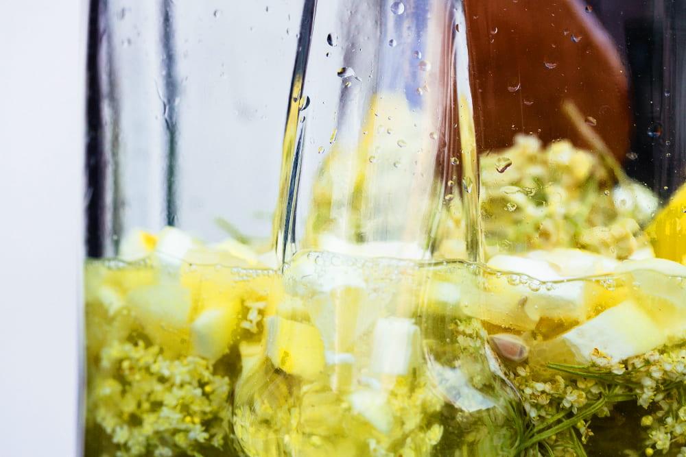 Holunderblüten mit Zitrone im Glas